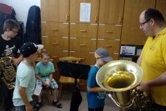Kinder mit Tuba