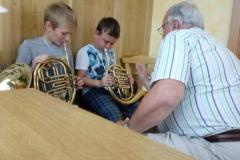 Kinder mit Horn
