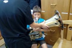 Kind mit Tuba