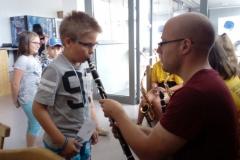 Kind spielt mit Instrument