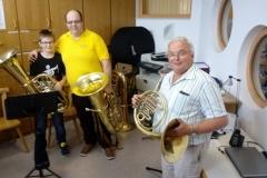 Kind mit Musikern
